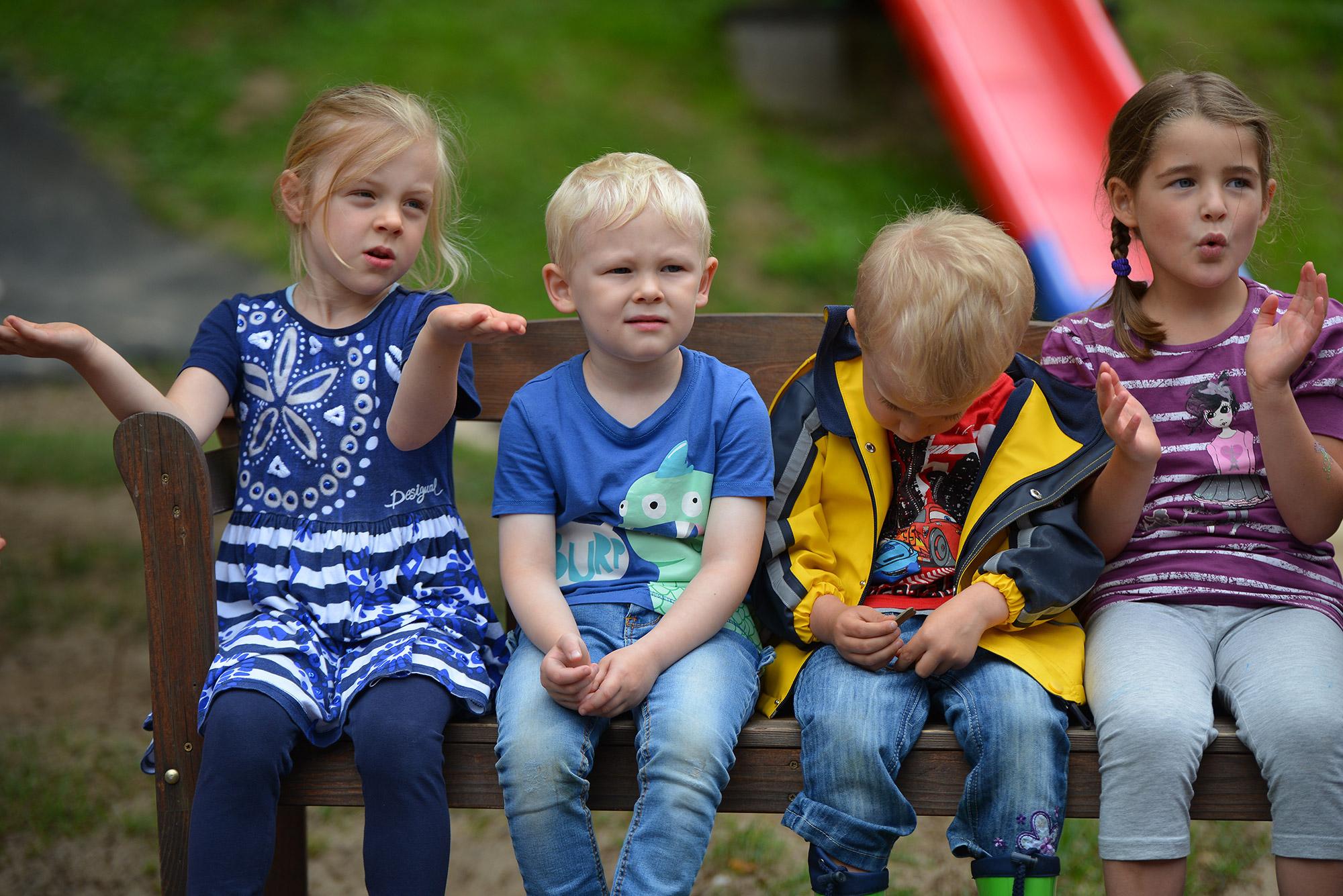 Katholischer Kindergartten St. Elisabeth Nethpen Kinder auf der Bank
