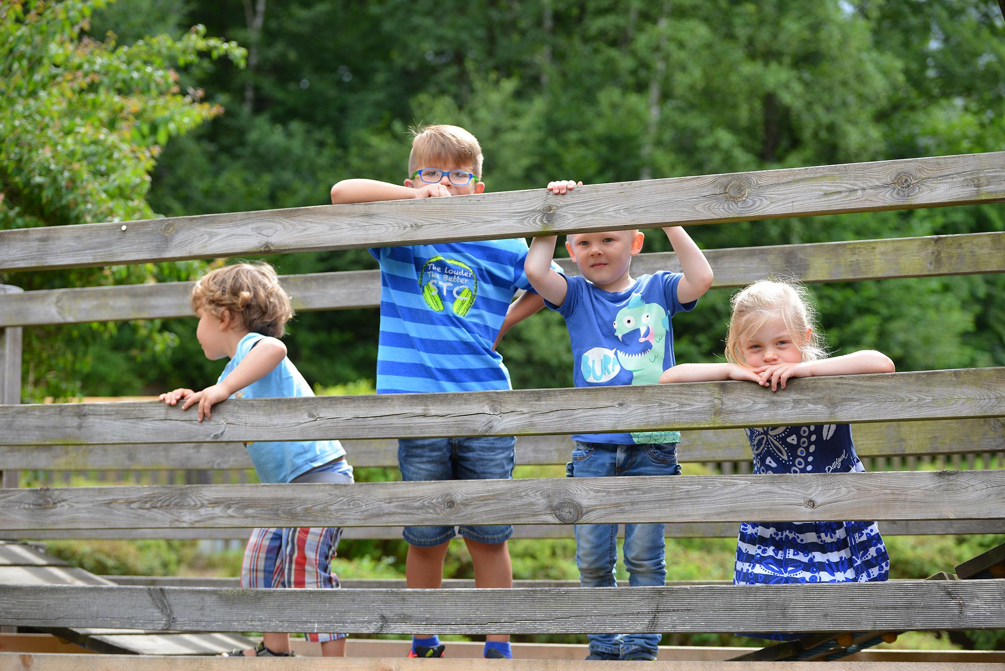 Katholischer Kindergartten St. Elisabeth Nethpen Kinder am Zaun