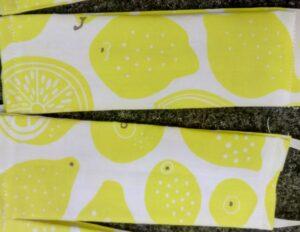Mund-Nasen-Abdeckung aus Stoff mit Zitronen