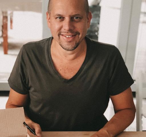 Ralph Ruthe beim Zeichnen