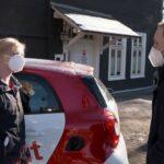 Antonia Schäfer und ein WDR-Redakteur vor der Sozialstation Eremitage
