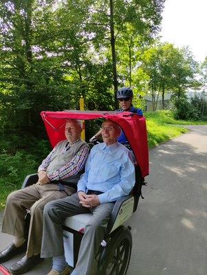2 Senioren in einer Rikscha